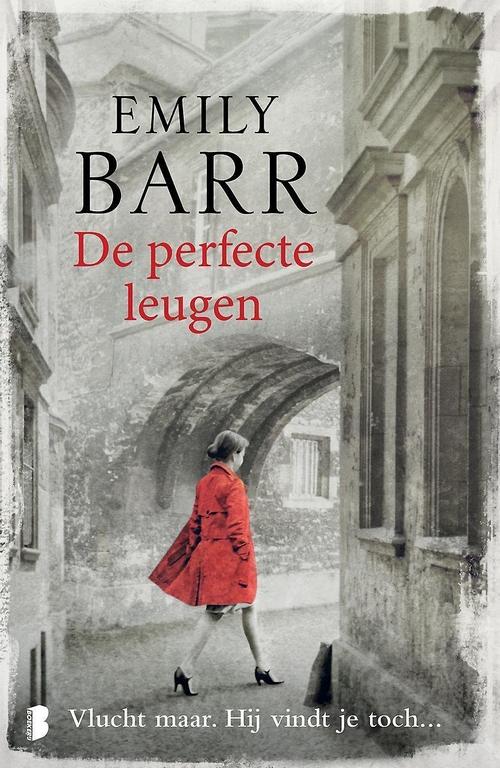 vrouw rode trenchcoat grijze ode gebouwen Emily Barr De perfecte leugen